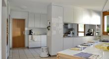 Innenansicht einer Wohngruppe Küche und Essbereich